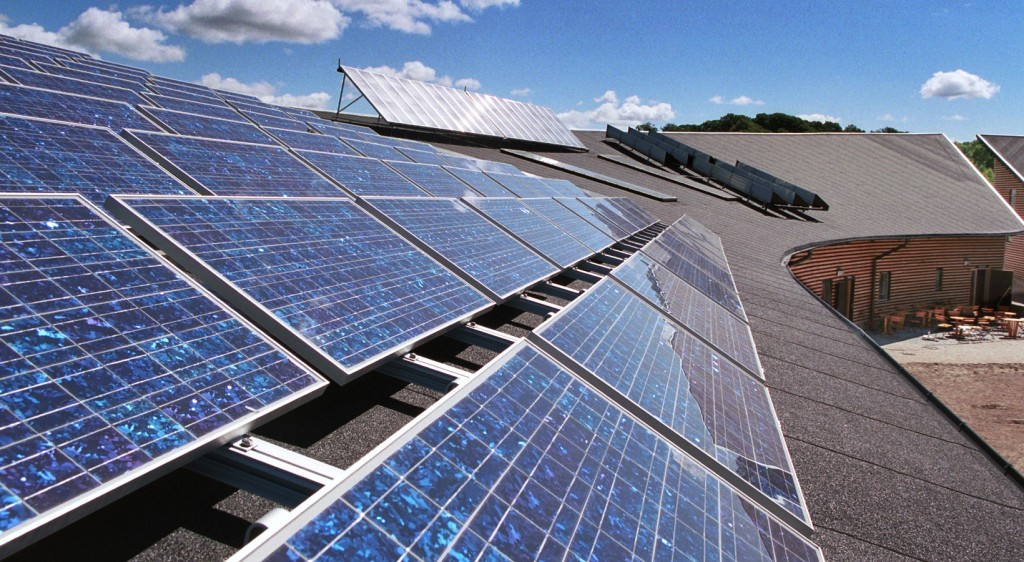 Полікристалічні сонячні панелі на даху будинку Рівне