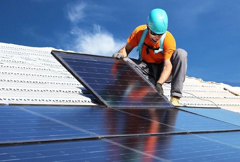 Процес встановлення сонячних панелей на дах будинку