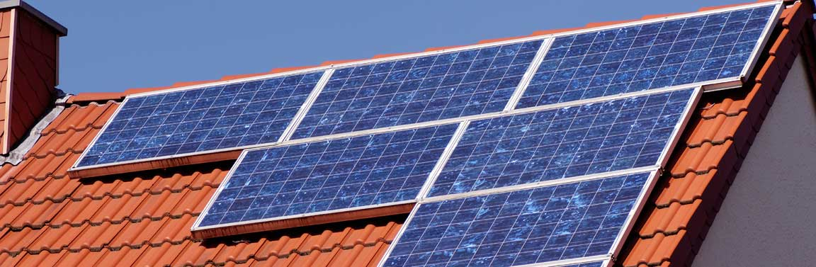 Сонячні панелі на дахах
