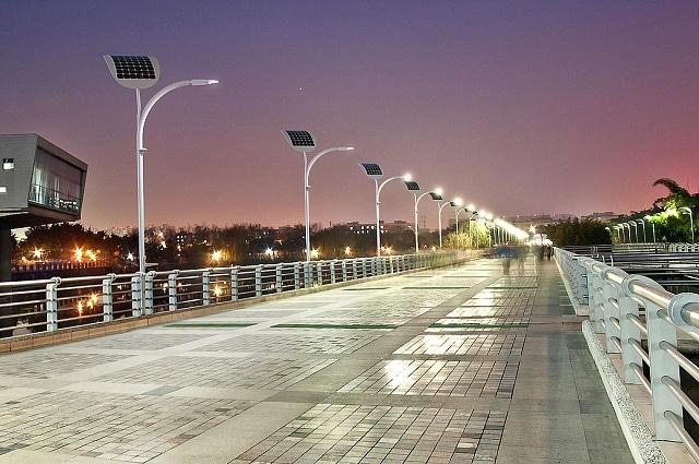 Фото набережної з новітніми ліхтарями