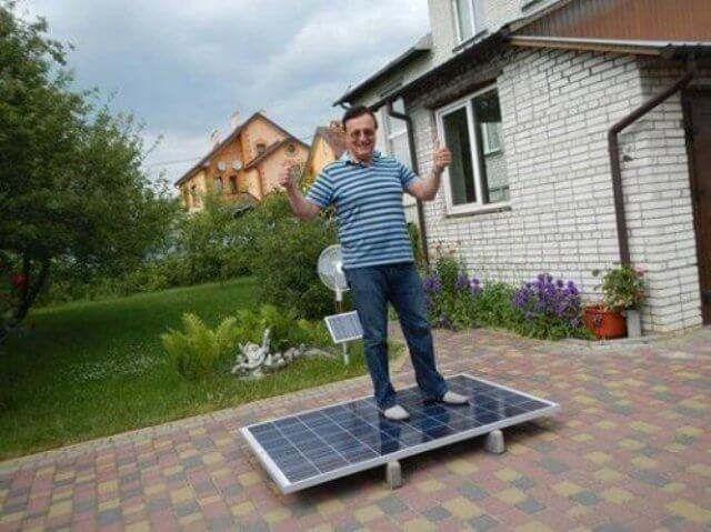 Роман Баб'ячок на сонячній панелі