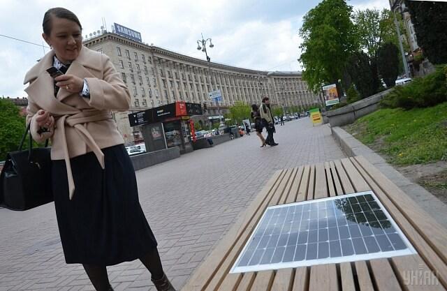 У центрі Києва встановили першу лавку з сонячною батареєю