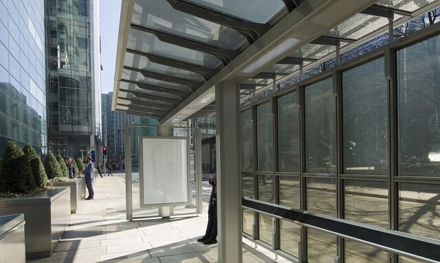 В Лондоні встановили першу зупинку з прозорими сонячними панелями