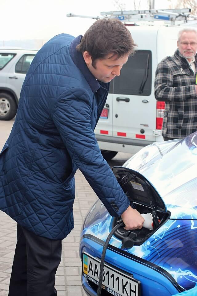 Степан Благовісний підключає свій електромобіль до зарядки