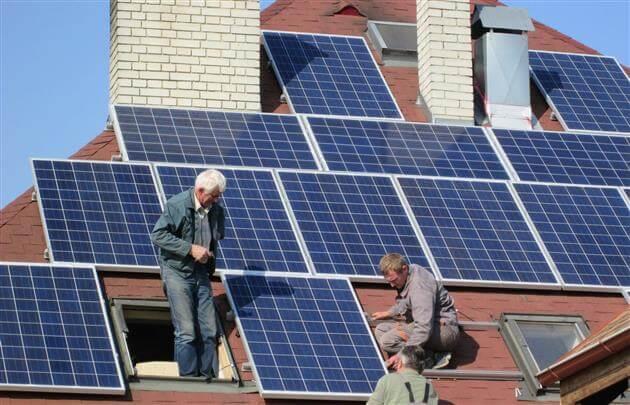 Процес встановлення сонячних панелей на будинки в Закарпатті