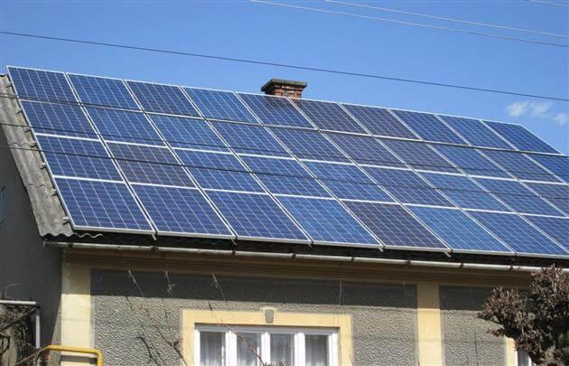 Сонячні панелі на даху будинку в Закарпатті