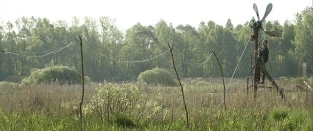 Мешканець чорнобильської зони відчуження отримує електроенергію із саморобного вітряка