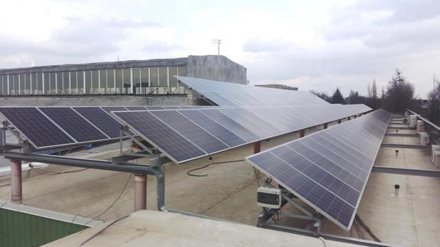 Вигляд сонячної електростанції на даху будинку