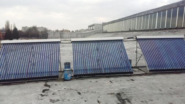 Сонячні колектори на даху будинку