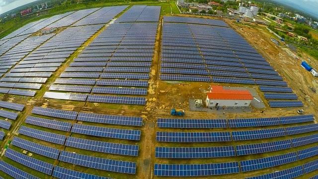 Вид з висоти пташиного польоту на сонячну електростанцію на фермі в США
