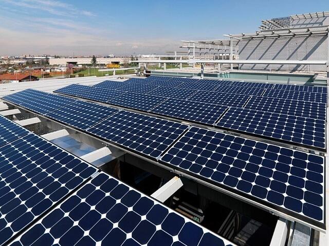 Сонячні панелі на даху будинку в Дубаї