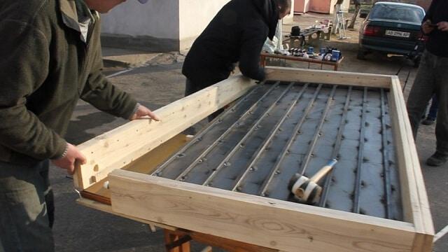 Процес збору сонячного саморобного колектора