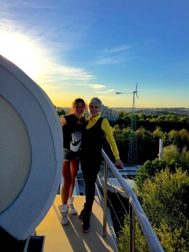 Співачка Руслана встановила на даху еко-будинку вітрогенератор і сонячну електростанцію