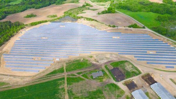 У Білорусі на забрудненій ЧАЕС землі збудували найбільшу в країні сонячну електростанцію
