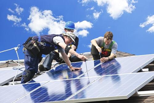 Як сонячна енергетика створює робочі місця в США
