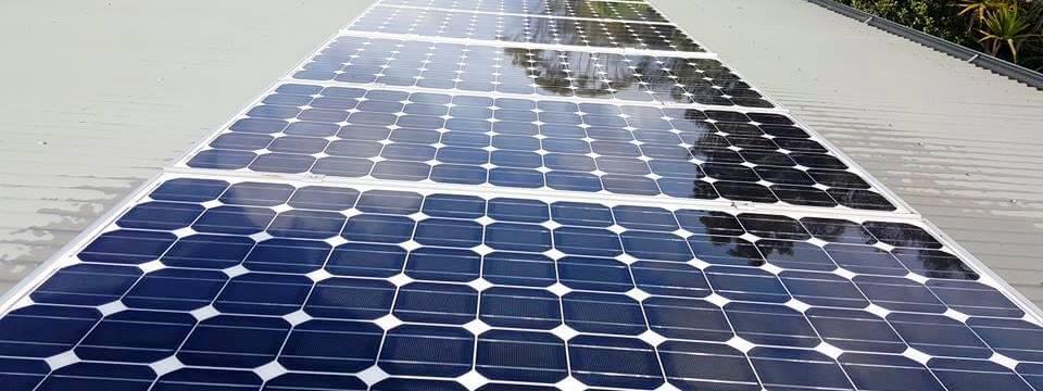 Палестинський студент після трьох арештів створив робота для чищення сонячних батарей.