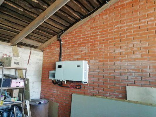 Змонтований інвертор на стіні