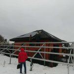 Процес монтажу сонячних панелей на дах з натуральної черепиці